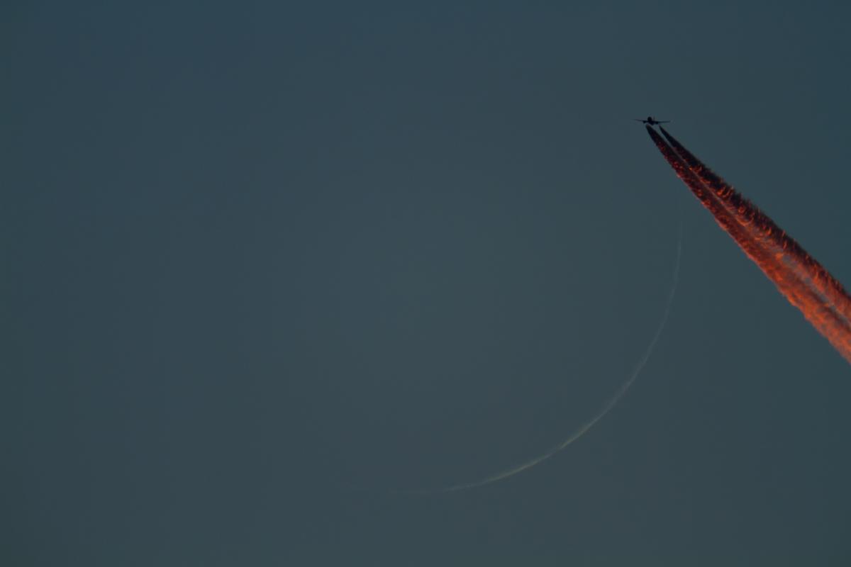 Mondsichel mit Flugzeug der Air France